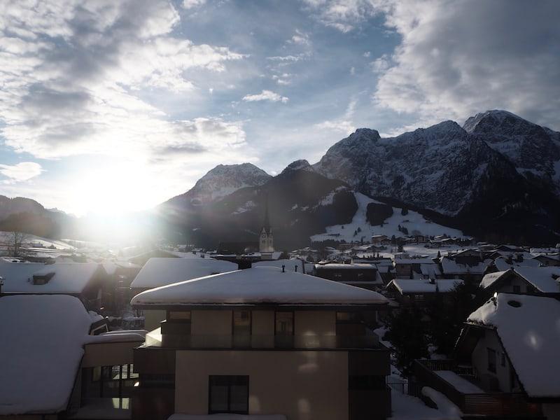 ... so uns auch schon gleich zum Frühstück die Sonne über den Bergen begrüßt ...