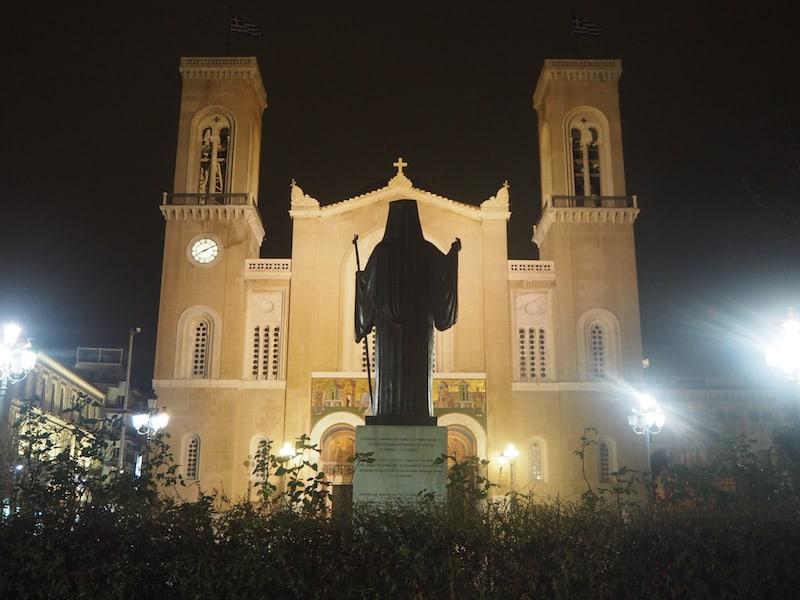 ... ist beispielsweise ein Reiseglück der besonderen Art: Auf faszinierende Art und Weise gewinnt er mein Interesse für die großen kirchlichen Baudenkmäler mitten in der Athener Innenstadt.
