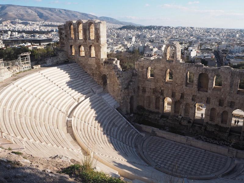 ... ist durchaus schmeichelhaft: Vor allem, wenn selbigem noch so interessante Ruinen, wie hier das gut erhaltenen, griechische Amphitheater direkt neben der Akropolis gelegen, vorgeschoben sind.