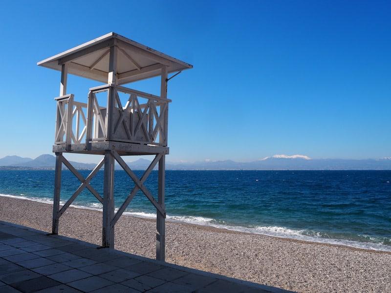 Die Ankunft in der Küstenstadt Loutraki ist geprägt von einmalig schönen Strandansichten ...