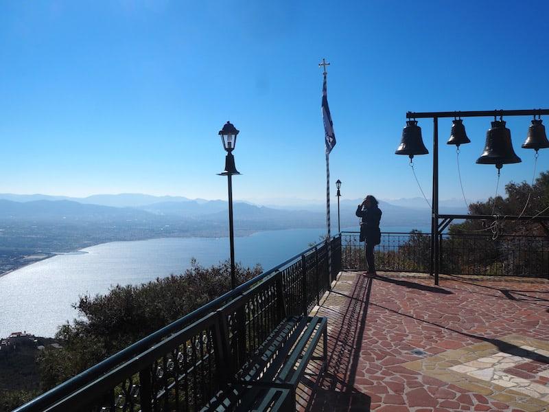"""... sowie magischen Ausblicken über die gesamte Meeresbucht: Blick vom Balkon des Klosters """"Iosios Patapios"""" aus."""