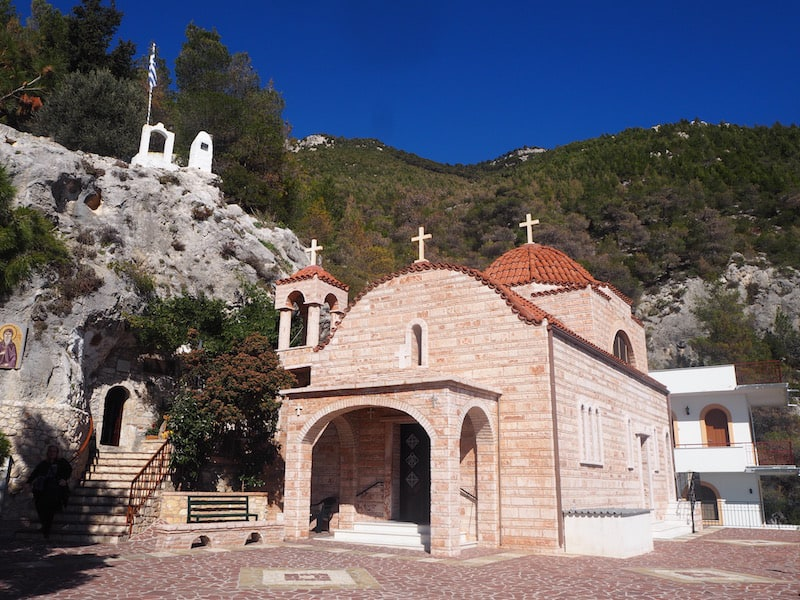 ... denn hier liegen die (kompletten) Reliquien des heiligen Patapios begraben, einem wichtigen Pilgerort für orthodoxe Gläubige aus Griechenland, Polen oder Russland.