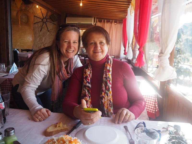 ... Maria, diese liebe griechische Oma hier, mit ihrer Freundin Maria ebenfalls zu Besuch in Patapios, lädt mich spontan ein mit ihnen Mittagessen zu gehen ...