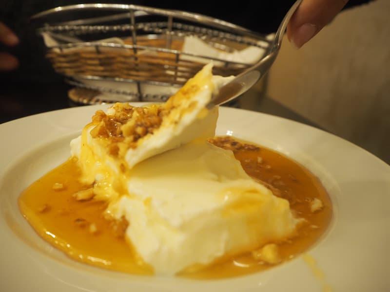 Morgenstund hat Gold (bzw. griechisches Joghurt) im Mund: Im Rahmen meiner Food Tour lerne ich, dass echtes griechisches Joghurt in Scheiben angehoben werden kann - ein Qualitätsmerkmal.