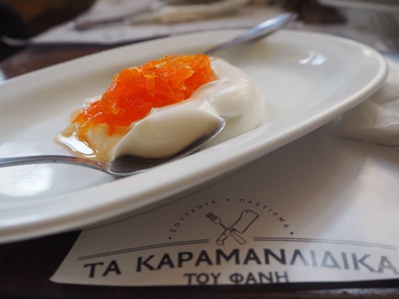 ... und Nachtisch serviert: Und wieder ist er da, der köstlich-cremige griechische Joghurt! Serviert mit süß eingelegten Karottenstückchen übrigens ...