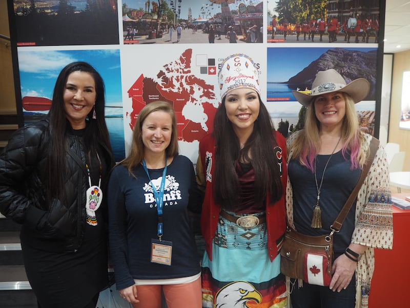 """""""Meine Kanadier"""", wie sie leiben und leben: Von links nach rechts, interviewe ich hier Holly Fortier, Savanna die """"Indian Princess der Calgary Stampede"""", sowie Lindsay ... aus Alberta im Westen Kanadas."""