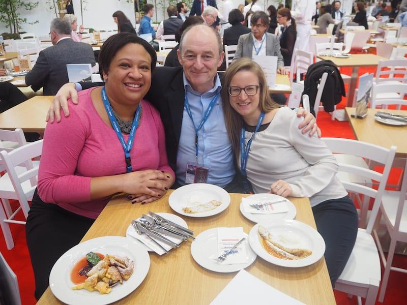 """Fun Facts First : """"Familientreffen"""" mit meinen liebsten Reiseblogger-Freunden aus England, das charmante Paar Terry & Sarah Lee von LiveShareTravel im gemütlichen Österreich-Café."""