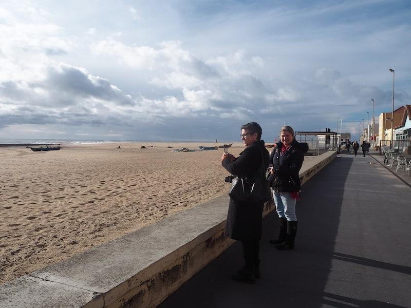 Unterwegs entlang der Küste im Norden Portugals, die aufgrund des starken Windes Potenzial für Kitesurfing-Fans bietet ...