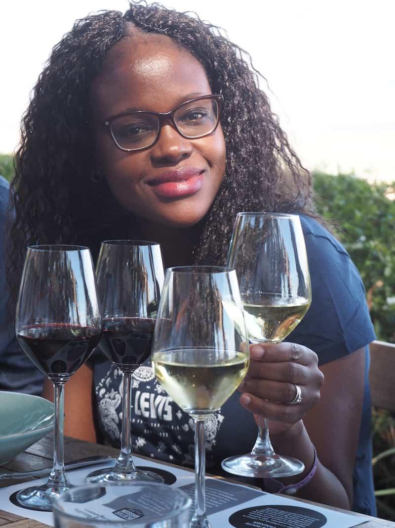 ... kosten uns durch die hiesigen, für Südafrika typischen Weiß- und Rotweine (Prost, liebe Aletta!) ...
