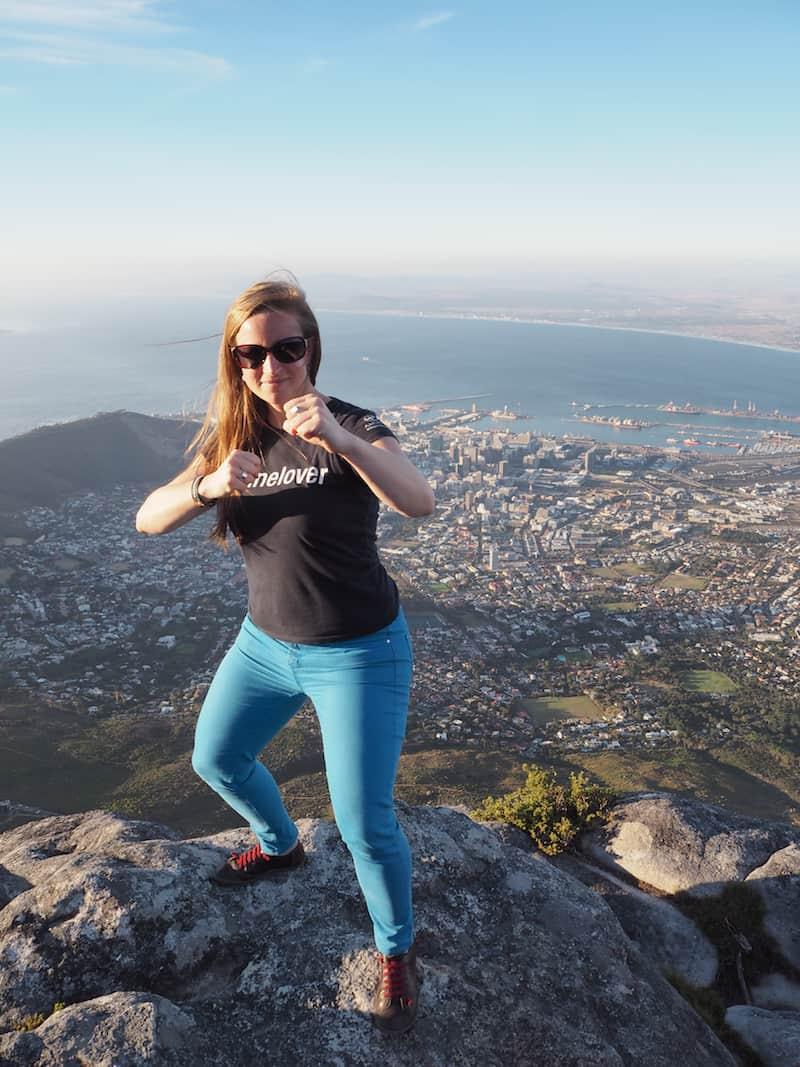Oben angekommen, grüße ich meine Taekwondo-Gruppe zu Hause mit einer klassischen Kampfstellung am Tafelberg !!