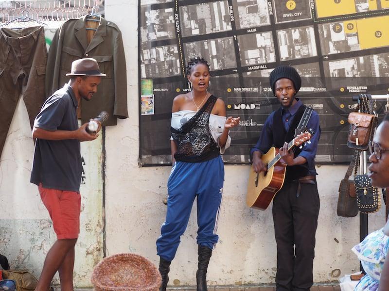 "Das Taxi bringt uns in den farbenfrohen, hippen & sehr ""hipster-lastigen"" Maboneng-Bezirk im Herzen der Stadt Johannesburg ..."