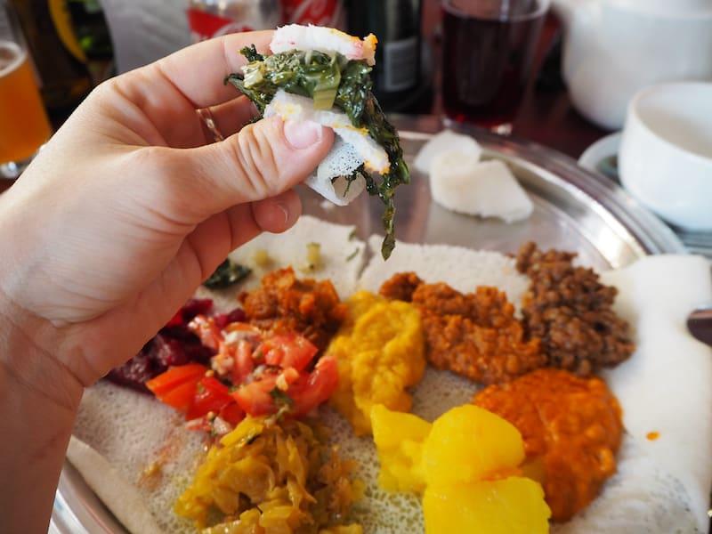 Vom Flughafen lautet es dann auch sogleich: Eintauchen & tatsächlich auf Tuchfühlung gehen! Im typisch afrikanischen Lokal wird mit den Händen gegessen, wie ich es auch schon von Nepal kenne ...