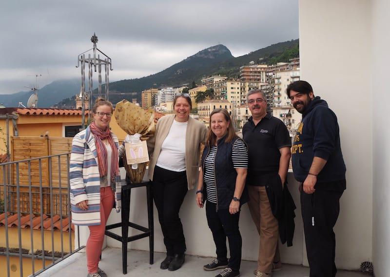 """Kontakt halten leicht gemacht: Mit meiner """"Mamma Italiana"""" Maria und ihrem Sohn Antonio, meinen lieben Gastgebern im Herzen von Salerno (auch meine eigenen Eltern haben sich den Besuch hier nicht nehmen lassen ..!)"""