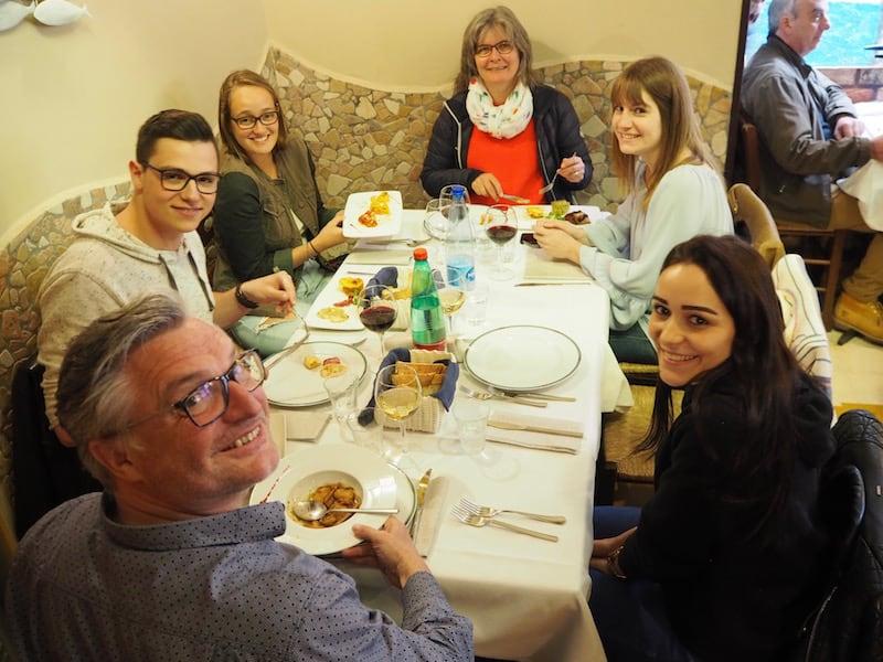 In dieser herzlichen Runde mit neuen Freunden aus der Sprachschule sprechen wir beim Mittagessen jeden Tag Italienisch, Französisch, Deutsch oder auch Englisch zusammen. Super.