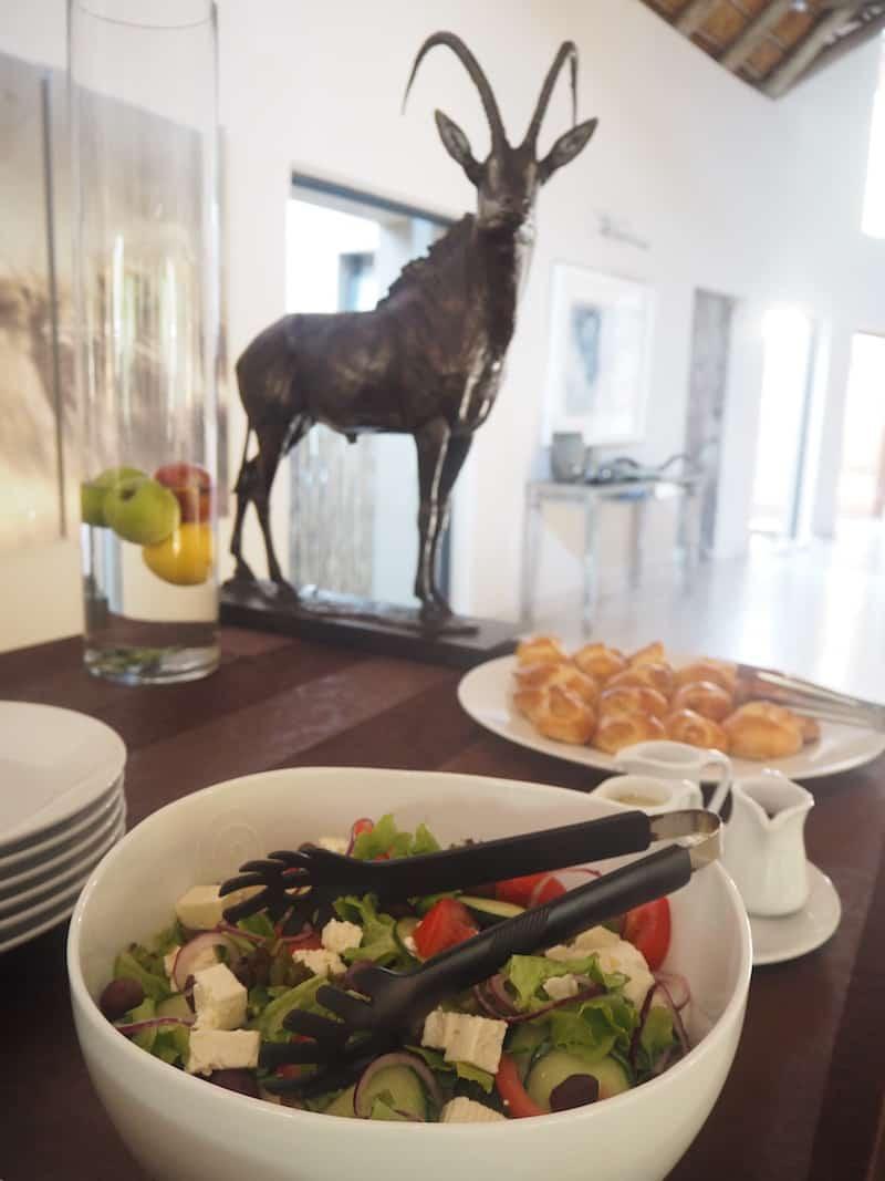 ... auch das Essen, bestehend aus viel frischem Obst, Salaten & Gemüse, schmeckt wirklich gut ...