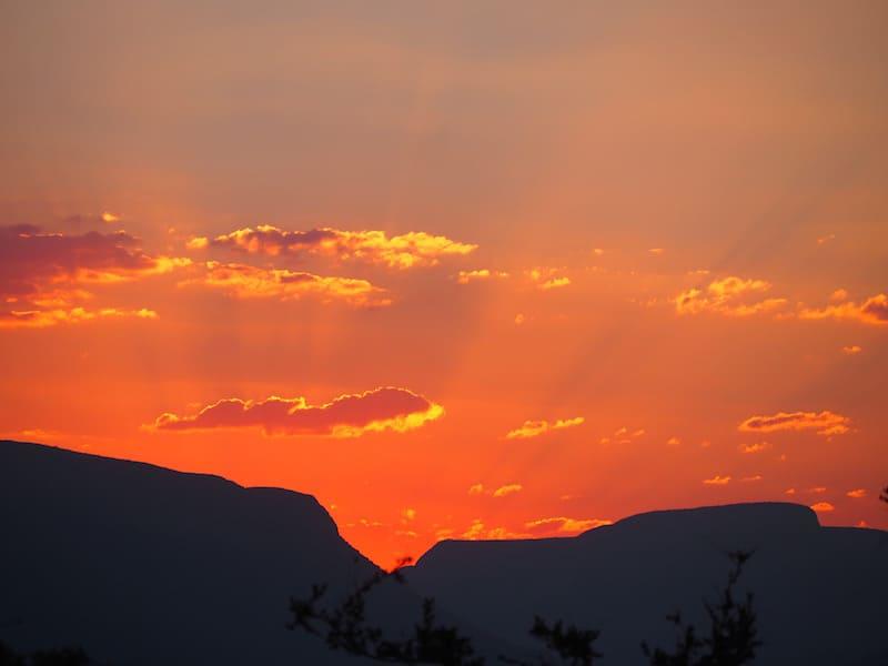 """""""God's Fingers"""", werden die leuchtend roten Strahlen des afrikanischen Sonnenuntergangs übrigens auch liebevoll genannt."""