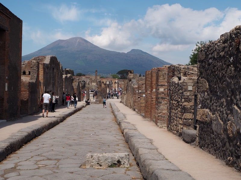 """... als sich der vormals obere Teil des Vesuv, genannt """"Monte Somma"""", binnen drei Tage als pulverisierter Ascheregen, gut sieben Meter dick, über die antike Stadt hier legt ..."""