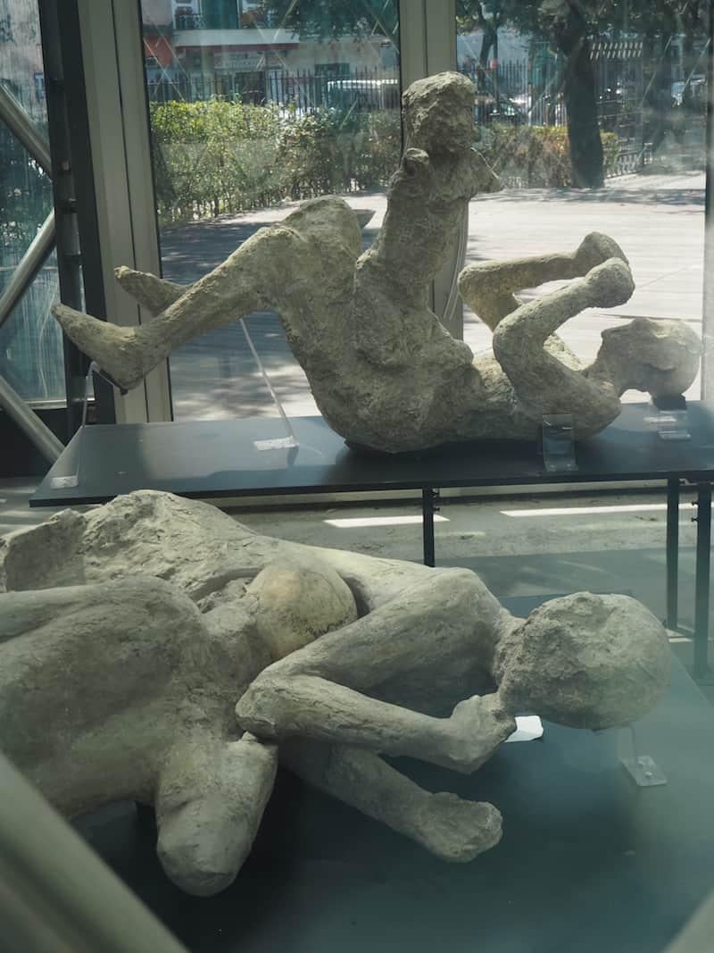 ... was vermutlich auch damit zusammenhängt, dass das Erste, was Besucher bei Betreten der Ruinen von Pompeii erblicken, diese versteinerten Menschenopfer sind ...