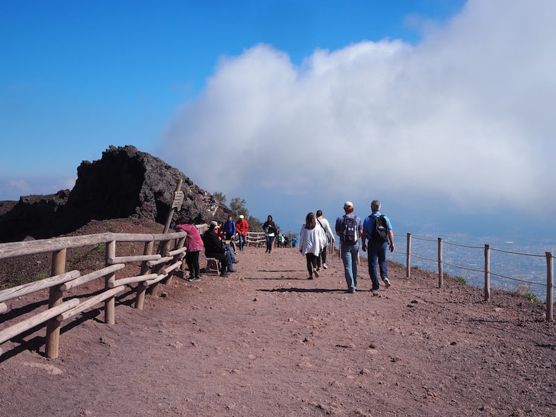 """""""Brace, brace"""": Der Aufstieg zum Vesuv ist länger (und anstrengender) als gedacht; gutes Schuhwerk bei dem lockeren Vulkanschotter ein Muss."""