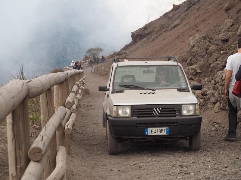 """Wer Verbindungen bzw. Lust hat, kann es ja """"per Autostop"""" auf den Gipfel versuchen: Wir amüsieren uns ob der Nationalpark-Patrouille ganz im Stile Süditaliens hier ..!"""