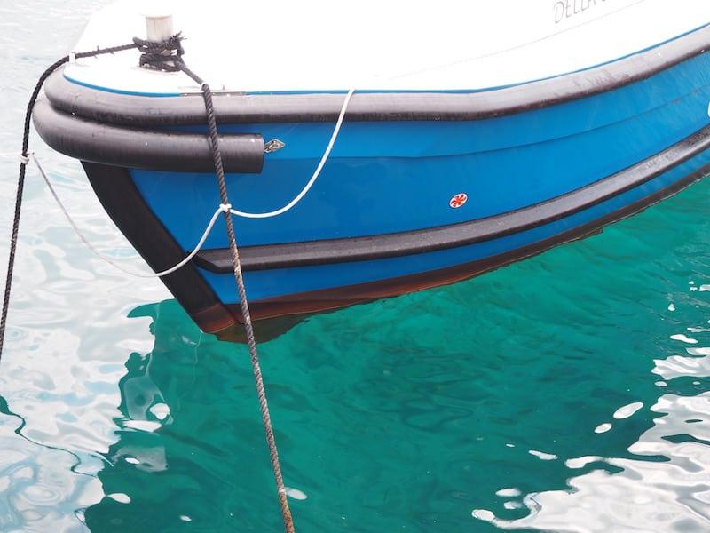 ... im Hafen klar Schiff machen (noch heute staune ich, wie klar und schön hier das Wasser ist) ...