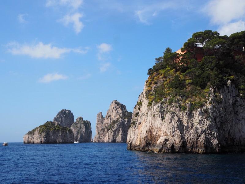 Ebenfalls faszinierend : Der Blick zurück auf Capri vom Boot aus, vorbei an seinen berühmten Grotten. Dazu beim nächsten Mal mehr!