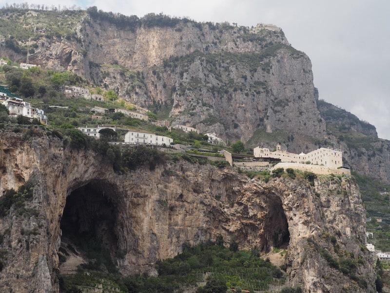 Weiter geht es entlang der weltberühmten Amalfiküste mit ihren dramatisch wirkenden Felsformationen ...