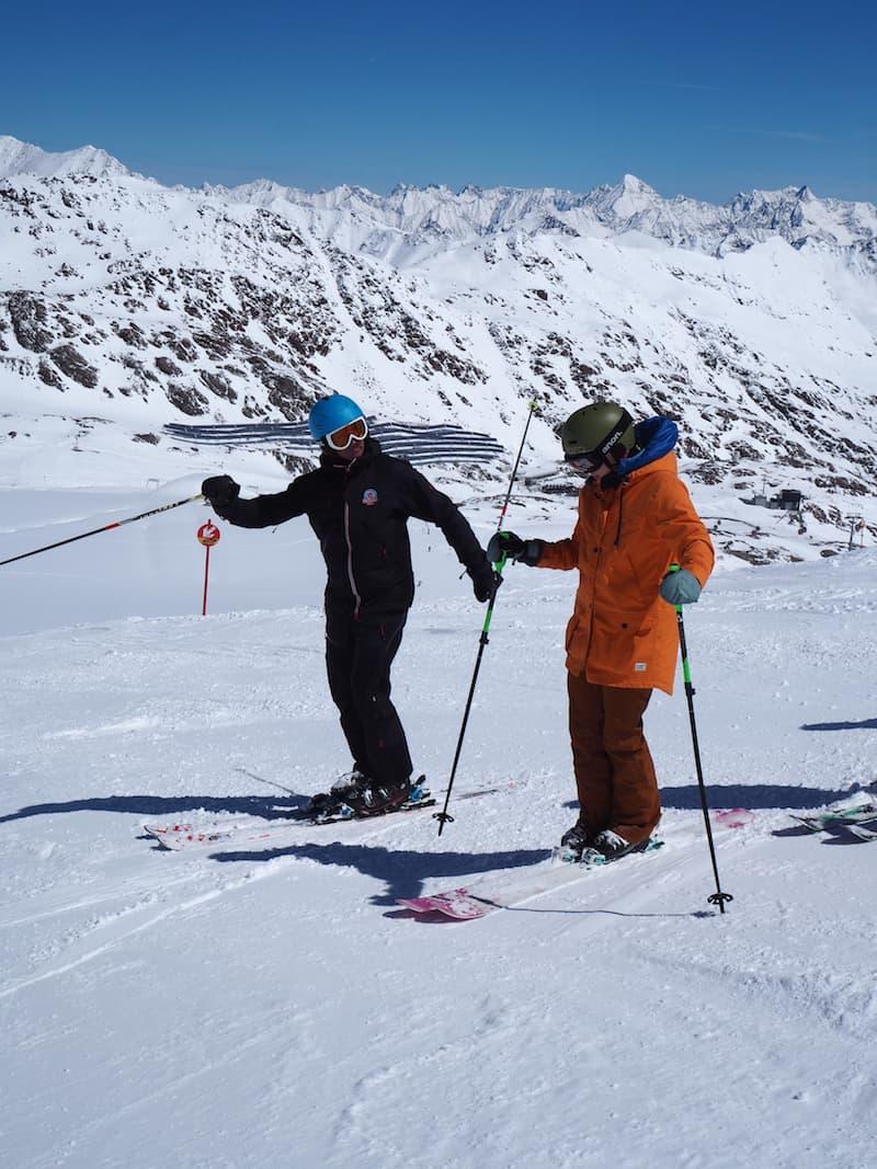 """... bekommen wir hier oben, auf gut 3.000 Metern über dem Meer, noch ein paar richtige gute Tipps für das Skifahren von Skilehrer Mario : """"Skifahrerhocke"""" & Co. lassen grüßen ..!"""
