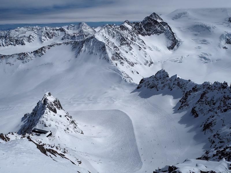 ... kann einfach nur Spaß machen. Dazu gesellen sich fabelhafte Aussichten wie diese hier über das Gletscherskigebiet vom höchsten, begehbaren Punkt gleich über dem Café 3.440 aus ...