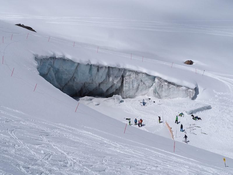 """Blick auf die Gletscherspalte im ewigen (Pisten)Eis: So also sieht ein """"Gletscherskigebiet von innen"""" aus ..."""