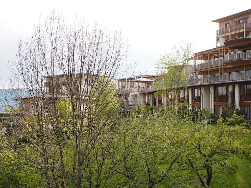 ... mit Blick auf das übrige Hotel sowie die erwachende Frühlingsnatur vor unserem Balkonfenster ...