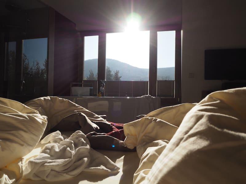 Den Tag beginnen mit dem Sonnengruß im Bett ...