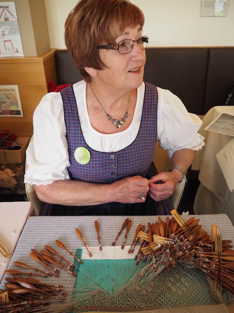 Das bedeutet einerseits lokaler Handwerksgenuss, wie dieser Dame hier beim traditionellen Klöppeln zusehen können ...