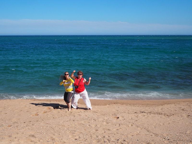 """... finden Janett und ich auch schon wieder Energie für diverse, nun ja, """"Willkommensposen"""" am Strand ..!"""