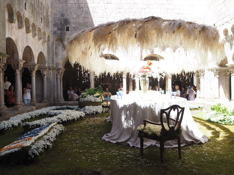 """Dank ihm finden wir unseren Weg auch hinein in den Innenhof der Kathedrale von Girona, die mit einem wirklich spektakulären """"Blumentisch"""" aufwarten kann .. Wer möchte hier mit uns Platz nehmen?"""