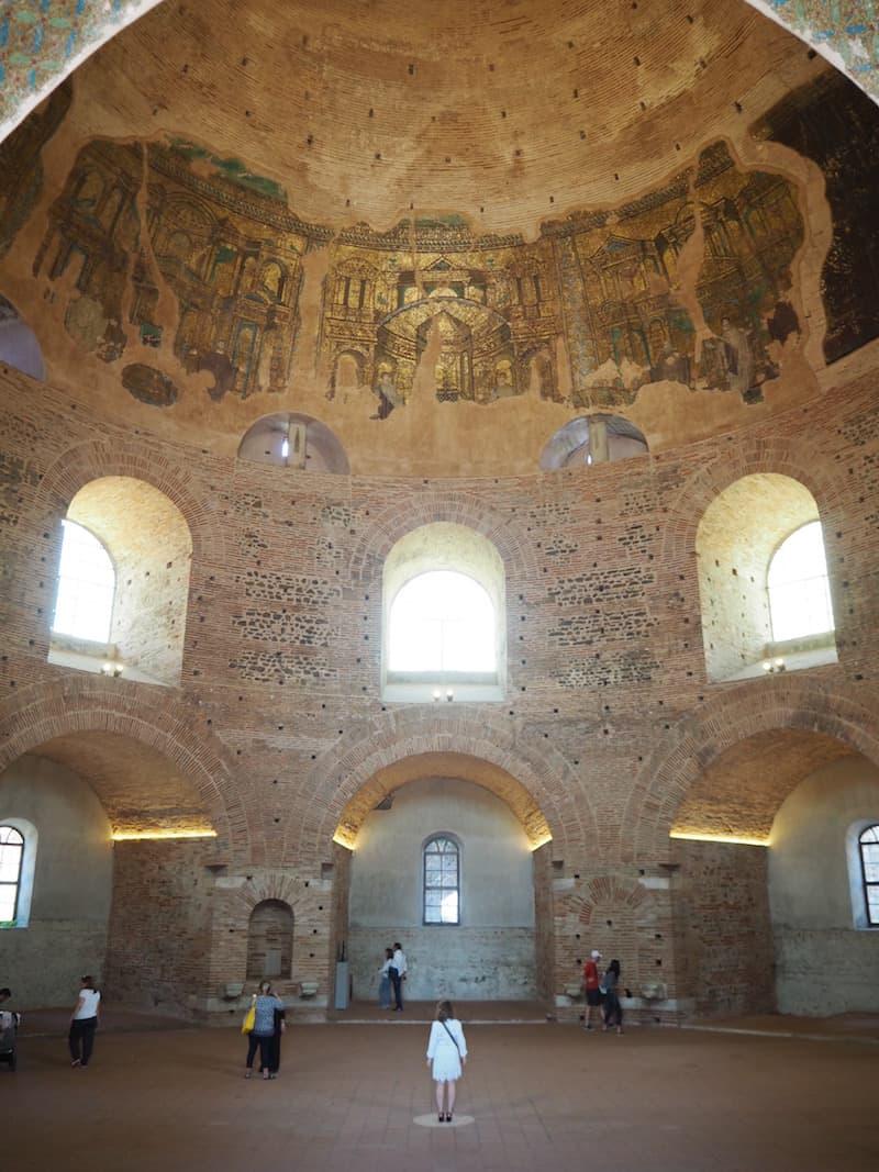 ... noch älter (1500 Jahre!) und gewaltiger ist dabei die sogenannte Rotonda, welche prächtige goldene Mosaike an der Innenseite der Kuppel zieren ...