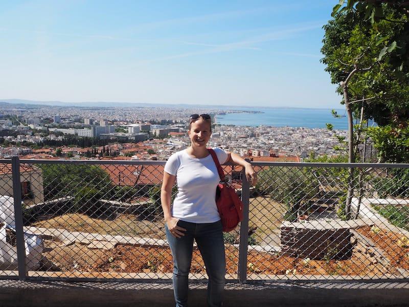 ... Flora bringt mich am nächsten Tag noch zum Moni Vlatodon Kloster hoch über den Dächern der Stadt, welches den Besuch schon alleine wegen der Aussicht über Thessaloniki bis hin zum Olymp am Horizont hinter mir lohnt (zu Fuß oder mit dem Auto / Taxi leicht erreichbar)!