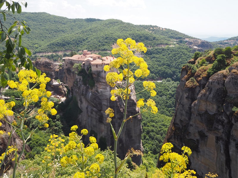 ... die Meteora-Klöster, von denen heute nur mehr einige wenige tatsächlich von einer Gemeinschaft an Mönchen bzw. Nonnen bewohnt sind, erscheinen zunächst wie ein wahr gewordenes Landschaftsmärchen ...
