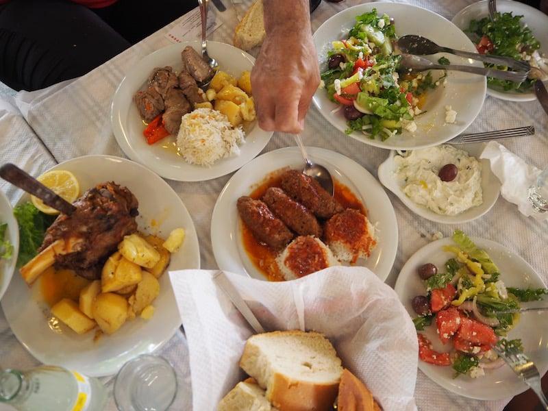 ... das gemeinsame Essen im Anschluss im Dorfzentrum von Kalabaka ...