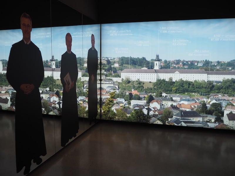 ... heiter (und modern) gestalteten Museumsräumen ...