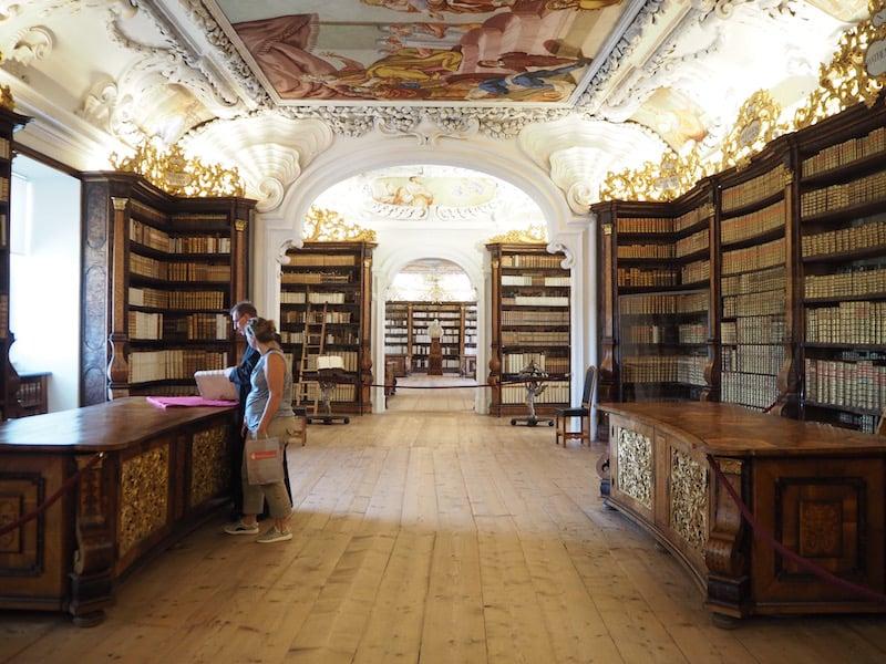 ... bis hin zur mächtigen Bibliothek des Stiftes: Neben Tausenden von Büchern beherbergt das Stift Kremsmünster übrigens auch die größte Globensammlung Österreichs nach Wien!