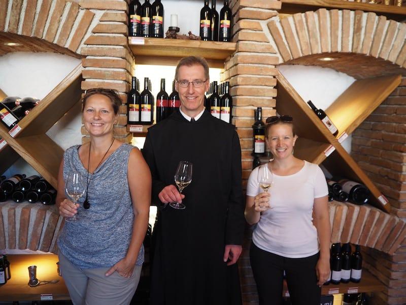Prost mit Pater Daniel Silorsch zum Abschied im Weinkeller des Stiftes! :D