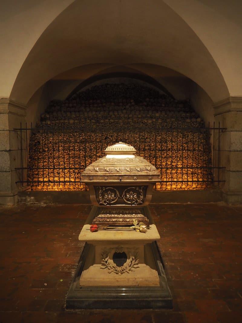 Direkt unter der Orgel ruht hier Anton Bruckner ...