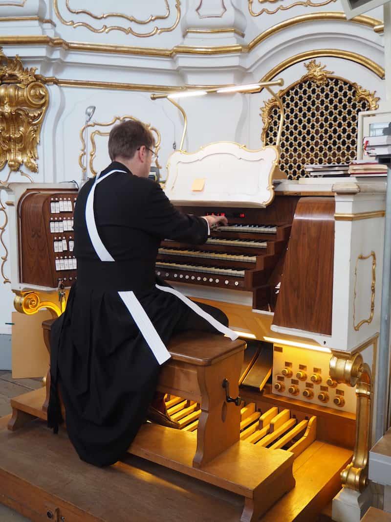 ... nur wenige Meter darüber spielt heute der erfahrene Organist Pater Klaus Sonnleitner ...