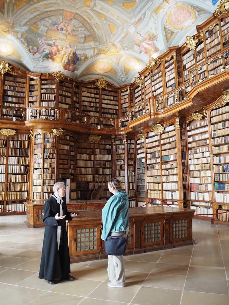 """... sowie auch hier die Stiftsbibliothek Sankt Florian, """"zum Verlieben schön"""" und erneut von der herzlichen Begegnungskultur der hier ansässigen Mönche gezeichnet."""