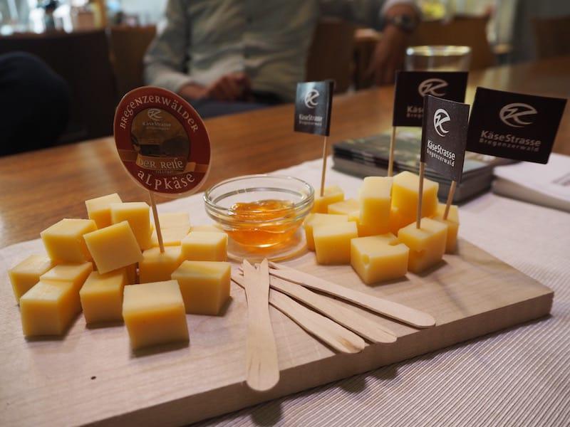 """... ist erwartungsgemäß vom """"guten Käse gepflastert"""": 30.000 Laiber lagern hier im Genusszentrum Käsestraße Bregenzerwald ..."""