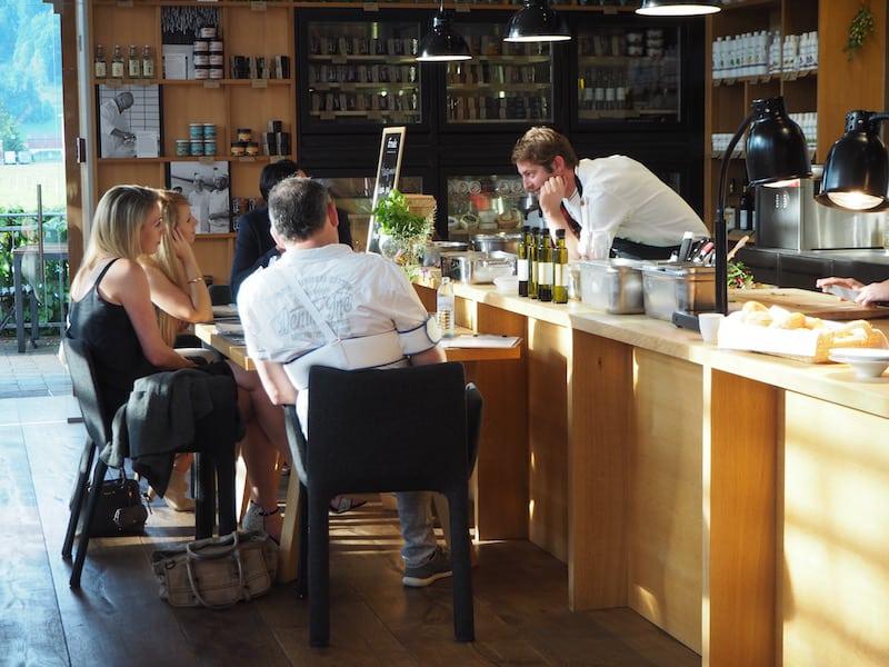 """... und nicht irgendein Restaurant: Gesellig, herzlich, genussvoll muss es sein, das Team an Köchen steht hier im steten Austausch mit den Gästen selbst und bereitet sämtliche (frischen) Gerichte auf Wunsch """"von Hand gefertigt"""" zu ..."""