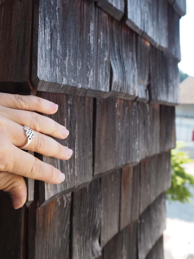 """... mit den Holzschindeln rund um das Hotel, sowie deren jahrhundertealte Verarbeitung und Tradition in Vorarlberg, """"begreifen"""" wir zudem ein Stück Geschichte ..."""