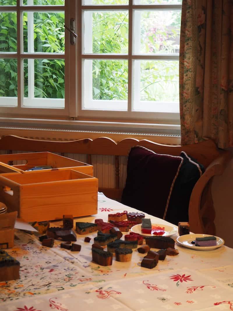 Willkommen in der guten (Kreativ)Stube von Monika Hübl: Hier stellt die liebenswerte, kreative Oma eigene Stoffdrucke ...