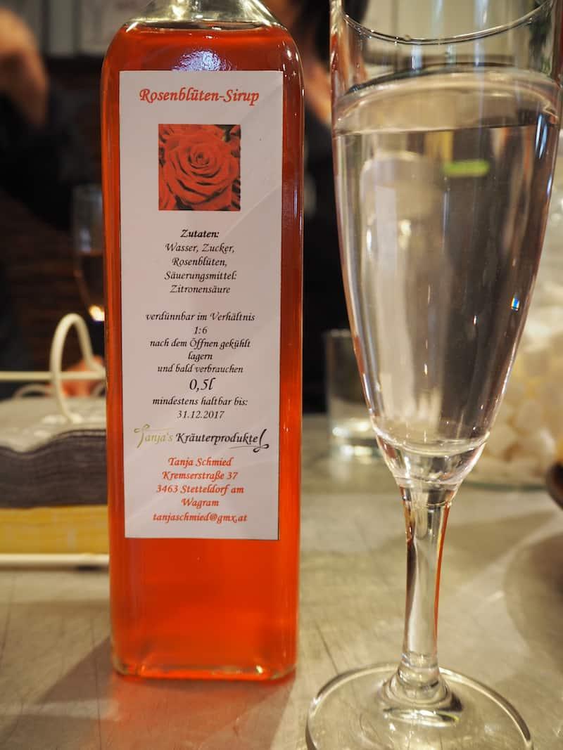 ... genießen Erfrischungen wie den hausgemachten Rosenblütensirup ...